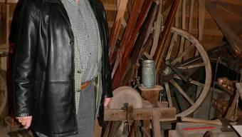Noch viel zu tun: Der scheidende Kommissionspräsident Kurt Widmer an einer Stelle im Museum, wo das wahllose Zusammenstellen von Gegenständen am besten zu sehen ist. (Bs)