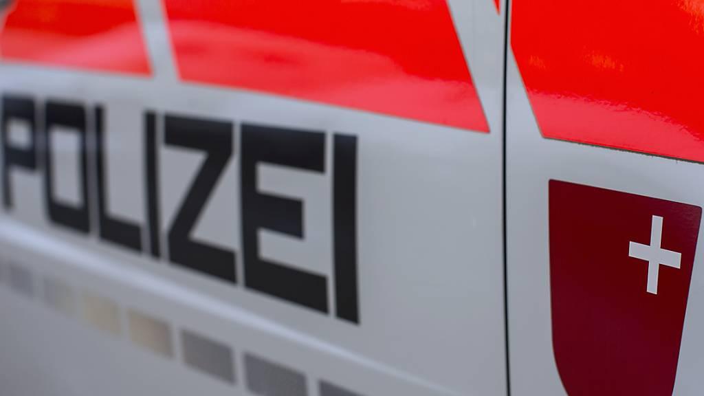 Die Kantonspolizei Schwyz sucht Personen, die in der Nacht auf Samstag in Einsiedeln Sprayer beobachteten. (Symbolbild)