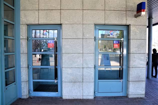Die Post beim Bahnhof Wohlen bietet noch zwei Publifone an. Ein drittes steht auch ...