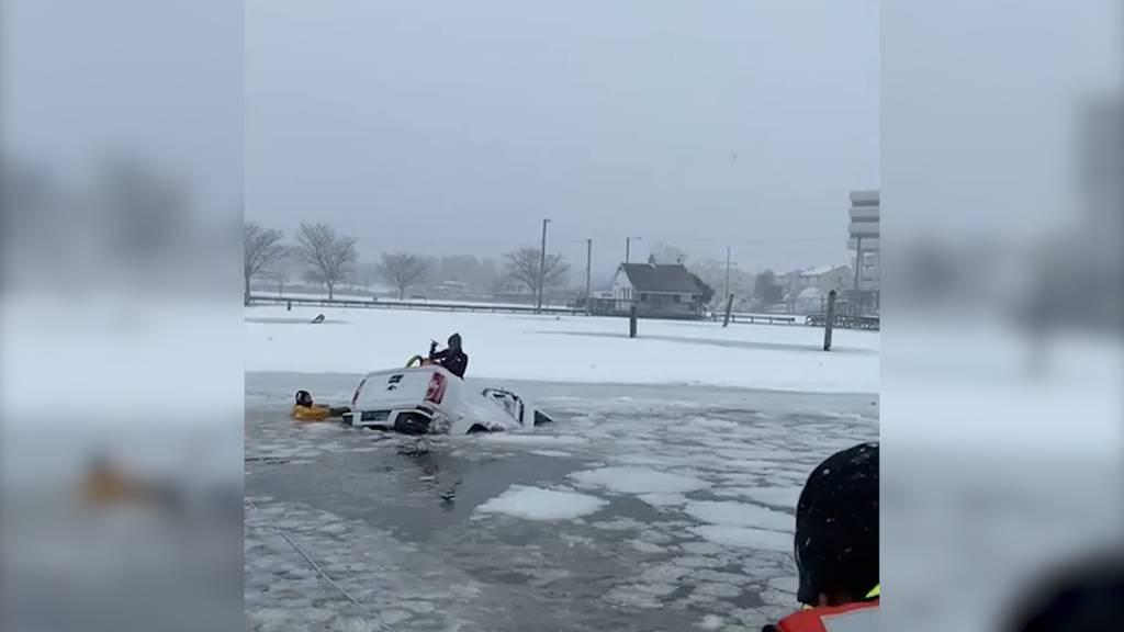 Dramatische Rettungsaktion: Truck landet in gefrorenem See