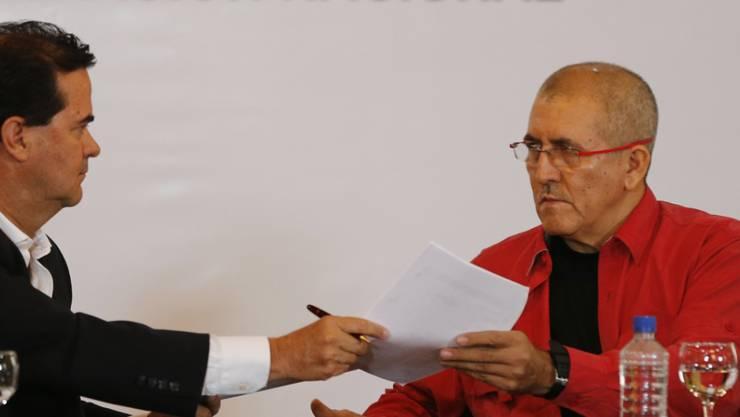 Der kolumbianische Chefunterhändler Frank Pearl (links) und ELN-Vertreter Antonio Garcia bei Gesprächen im März. (Archivbild)
