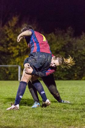 Besuch beim Training der Ladies des Rugby Club Würenlos am 9. November 2017. Im Bild: Fabienne Stierli aus Hausen tacklet Zoë Dolfi aus Dättwil.