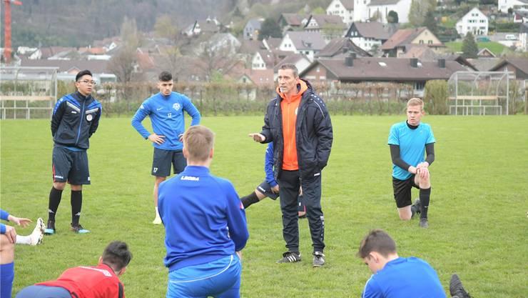 Der neue Trainer Mauro Rossi (Mitte) ist mit dem FC Birmensdorf gut in die Rückrunde gestartet und auf Aufstiegskurs.