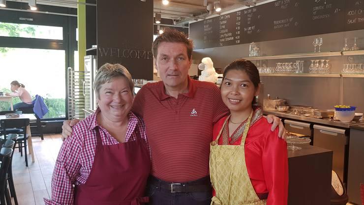 Daniel Bumann ist bei Rita Zimmermann und ihrer Mitarbeiterin Chutimol Meepakdee im Bistro Adventura auf Besuch.