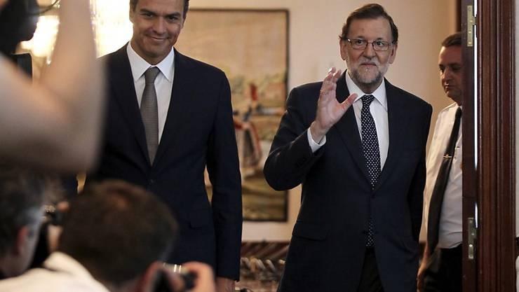 Der ehemalige PSOE-Chef Sanchez (l.) und PP-Parteileader Rajoy standen sich bisher gegenseitig in der Sonne: Sie verhinderten erfolgreich, dass der andere eine Regierung bilden konnte. (Archiv)