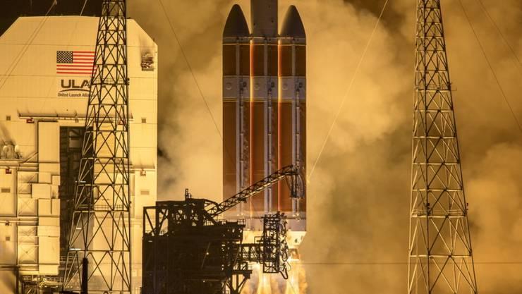 """Mit einen Tag Verspätung hat die US-Raumfahrtbehörde Nasa erstmals eine Sonde gestartet, die in die Sonnenatmosphäre hineinfliegen soll. Die """"Parker Solar Probe"""" hob am Sonntag an Bord einer """"Delta IV Heavy""""-Rakete vom Weltraumbahnhof Cape Canaveral in Florida ab."""