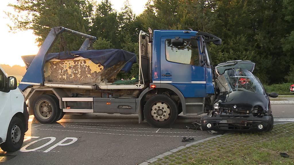 Auto kollidiert mit Lastwagen in Dietlikon: 24-Jähriger mittelschwer verletzt