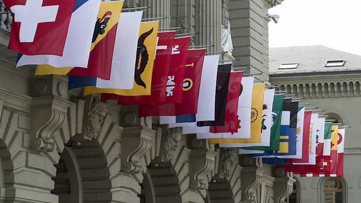 Kantonsfahnen am Bundeshaus: für die Stände ist es noch zu früh für eine abschliessende Stellungnahme zum Rahmenabkommen der Schweiz mit der EU. Sie verlangen vom Bundesrat in drei Bereichen Klärungen und klare Ansagen an die EU. (Archivbild)