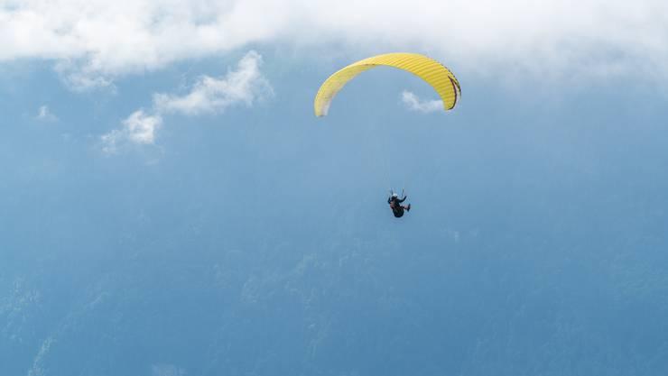 Die Tessiner Polizei sucht nach einem Gleitschirmflieger. (Symbolbild)