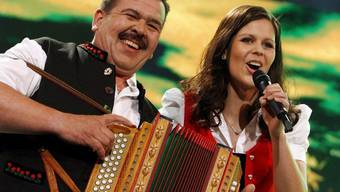Hansueli Oesch - hier mit seiner Tochter Melanie - wundert sich, dass die Familienband Oesch's die Dritten so harmoniert. Sein Rezept: einander Freiräume lassen. (Archivbild)