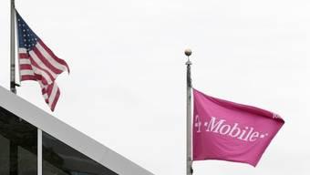 US-Flagge und Flagge von T-Mobile: Der Verkauf von T-Mobile USA ist blockiert