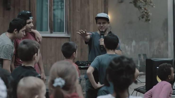 Knackiger Besuch in der Asylunterkunft: Rapper Knackeboul in Aarau.