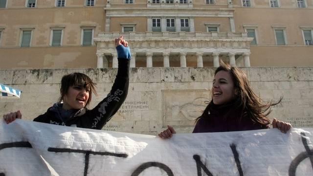 Studentinnen demonstrieren vor dem Parlament (Archivbild)