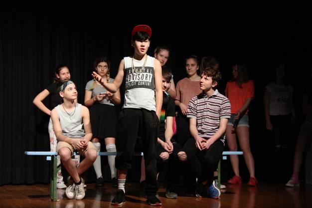 """Jeder hat im Stück """"S'wichtigscht im Läbe"""" des Schultheaters Seon mit seinen eigenen Wünschen und Ängsten umzugehen"""