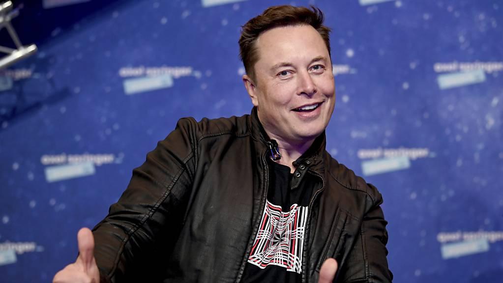 Tesla-Chef Elon Musk sorgt auf dem Markt für Digitalwährungen weiter für Aufsehen. Am Freitag löste eine kryptische Nachricht des Multimilliardärs auf Twitter erhebliche Kursverluste aus. (Archivbild)