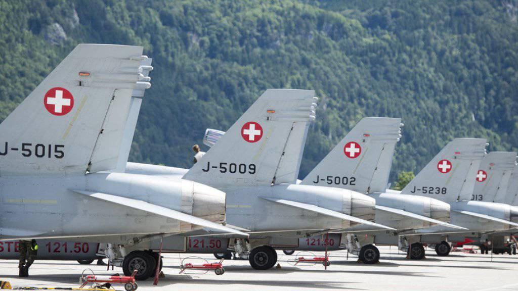 F/A-18-Flugzeuge der Schweizer Armee stehen im Juni 2016 auf dem Militärflugplatz Meiringen, anlässlich der 75-Jahr-Feierlichkeiten des Flugplatzes. (Archiv)