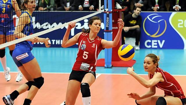 CL-Heimsieg für Volero (hier Zivkovic, mitte, und Petrovic, rechts)