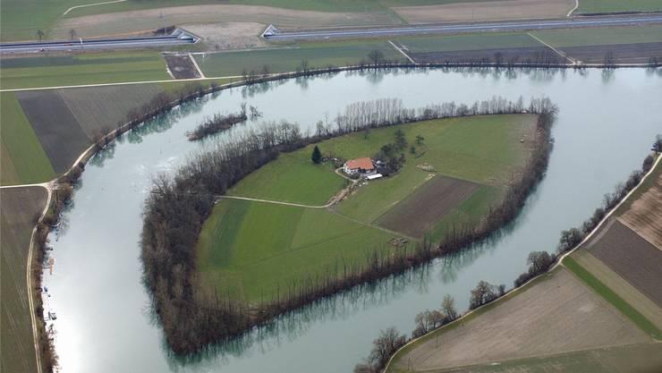 Einzigartig: Die von Familie Antener bewohnte Aareinsel in Selzach, rund 5 km aareaufwärts von Solothurn Luftaufnahme: Oliver Menge