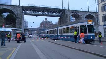 Am Freitagmorgen kam es an der Limmatstrasse bei der Tramhaltestelle Dammweg zu einem Unfall mit einem Fussgänger. Dabei wurde der Mann am Kopf verletzt.