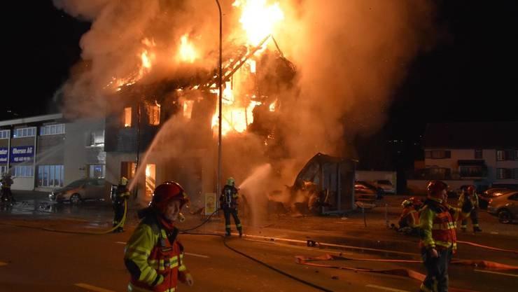 In Galgenen raste ein Auto in ein Wohnhaus. Es brannte ab.