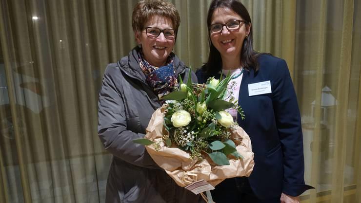 Ursula Gnädinger (re), Geschäftsleiterin, gratulierte Elisabeth Heiz zum 10-Jahr-Dienstjubiläum.