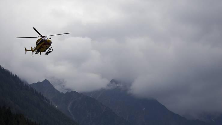 Ein französischer Rettungshelikopter unterwegs in den Alpen bei Chamonix. (Archivbild)