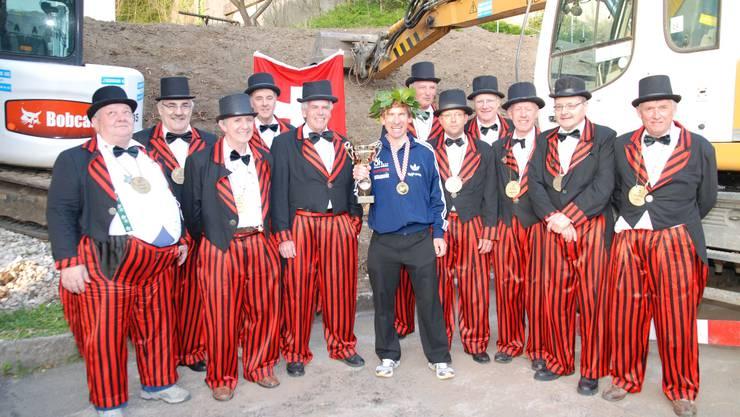Umrahmt von Gardisten: Mitglieder der Alten Garde Kaisten bereiten Kurt Moser einen herzlichen Empfang. (sh)