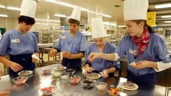In der Küche mitten im Spitalalltag: In Gruppen lernen die Kinder das KSB kennen.