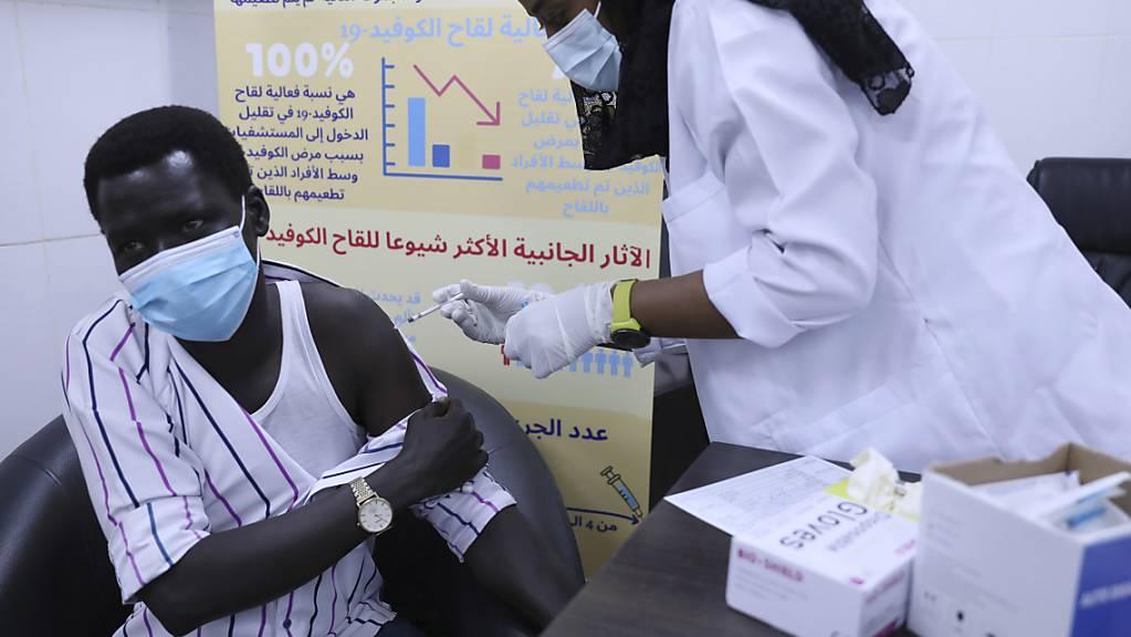 Ein Mann wird im Krankenhaus Jabra Hospital mit dem Impfstoff von AstraZeneca gegen das Corona-Virus geimpft. Foto: Marwan Ali/AP/dpa