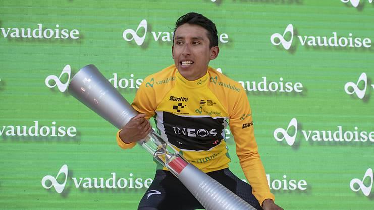 Egan Bernal mit der Siegertrophäe der Tour de Suisse.