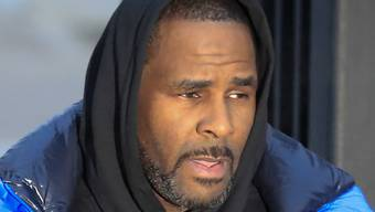 Muss wegen ausstehenden Unterhaltszahlungen erneut in Haft: US-Sänger R. Kelly. (Archivbild)