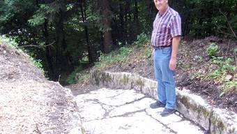 Die Niederlenzer Matten wurden mit abgezapftem Aabachwasser aus Lenzburg gewässert; Willi Bürgi beim neu ausgegrabenen «Neugraben».HH.