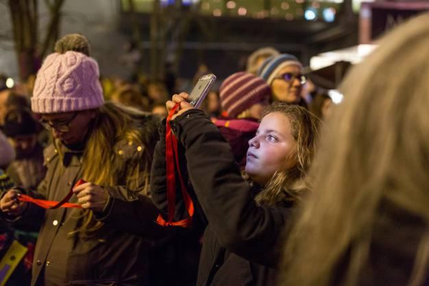 Kinder erwecken die Badener Weihnachtsbeleuchtung auf dem Schlossbergplatz mit knapp 2000 Glöggli zum Leben. Die jährliche Tradition fand dieses Jahr bei sehr milden Temperaturen statt.