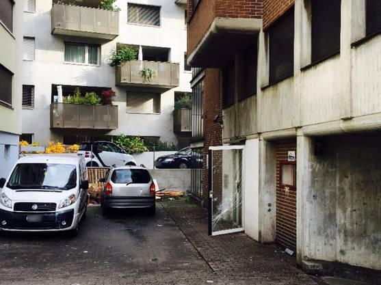 Der Vorplatz zwischen Haus Nummer 6 (rechts) und 14: Die Türen stehen immer offen, hier kommt und geht, wer will.