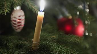 Die Seniorin wollte eine Kerze am Baum anzünden. (Archiv)