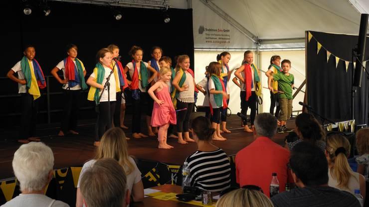 Das 20-köpfige Kinder-Ensemble sorgte für viel Farbe auf der Bühne.
