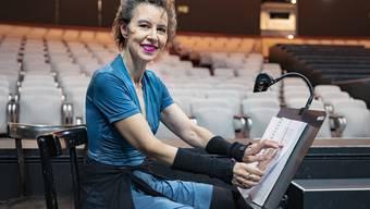 Erste Hilfe für Schauspieler in Not: Agnes Mathis flüstert nicht nur vergessene Worte, sondern reicht auch mal Wasser auf die Bühne.