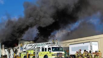 Die Feuerwehr im Einsatz bei der Kosmetikfabrik nördlich von New York