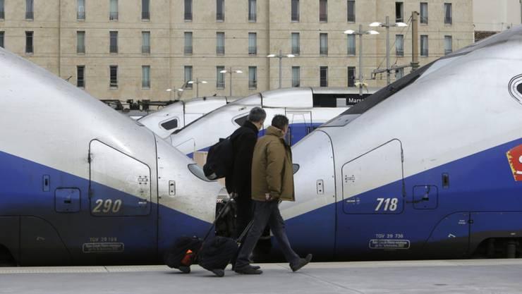 Passagiere vor stehenden TVG-Zügen am Freitag im Bahnhof Saint Charles in Marseille.