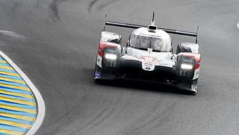 Sébastien Buemi rast im Toyota über die Strecke.