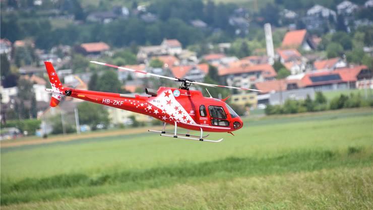 Das originalgetreue Modell des Eurocopters Ecureuil der Air Zermatt, der am vergangenen Mittwoch bei Raron verunfallt ist.