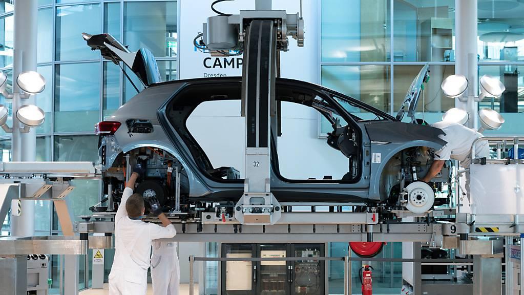Die Autobauer weltweit haben im ersten Halbjahr 2021 trotz Chipmangels, eingeschränkter Lieferketten und Coronakrise Rekordgewinne eingefahren. Im Bild bauen Arbeiter in der Fabrik von VW in Dresden die Karosserie und den Antriebsstrang eines VW ID.3 zusammen. (Archivbild)