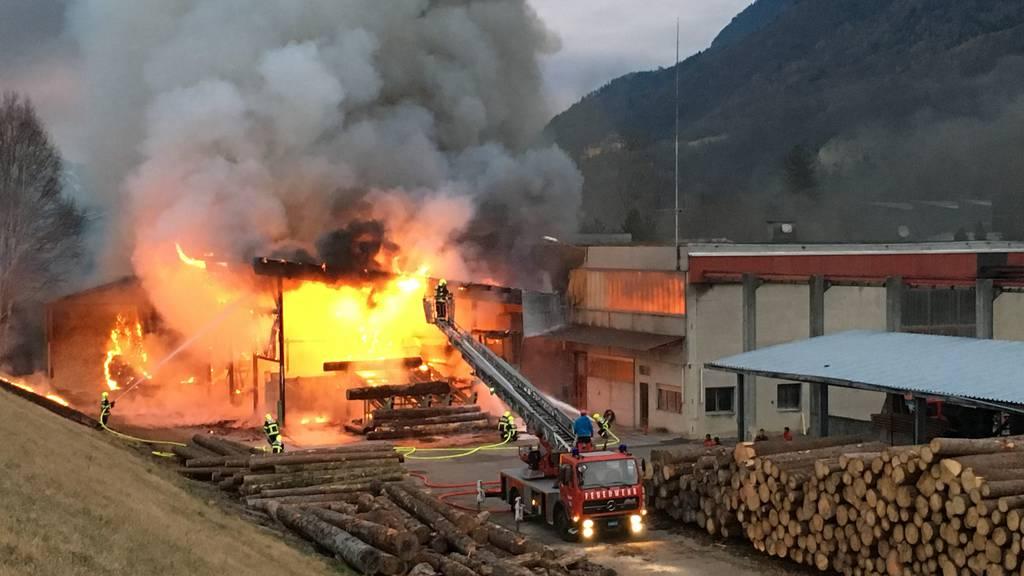 In Triesen brannte am Mittwochabend eine Zimmerei lichterloh.