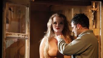 Senn Benedikt (Stefano Wenk) macht sich am Lustobjekt names Maria (Milva Stark) zu schaffen. (Bild: Annette Boutellier)
