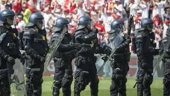 Die Polizei steht nach dem Cupfinal bereit, um Ausschreitungen zu verhindern