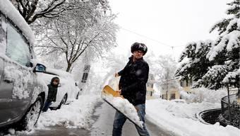 Rasenmähen oder Schneeschippen: Wer im Alltag kräftig zupackt, kommt zu «moderater Bewegung».