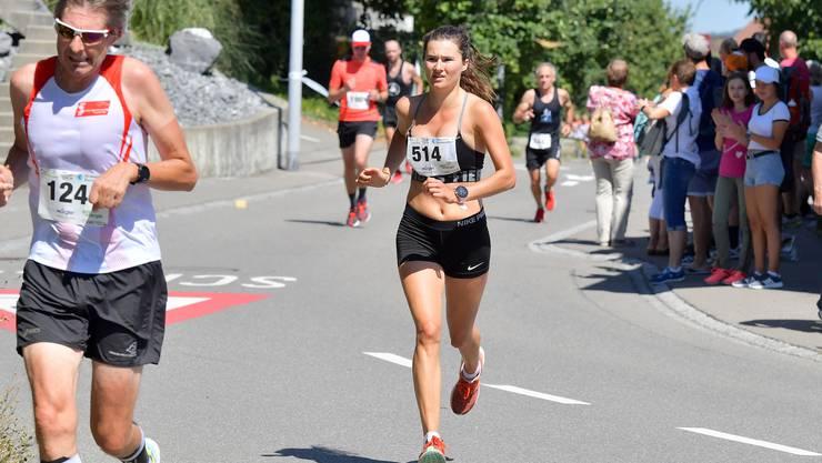 Strahlende und stolze Siegerin: Fiametta Troxler läuft am 31. Staufberglauf ins Ziel.