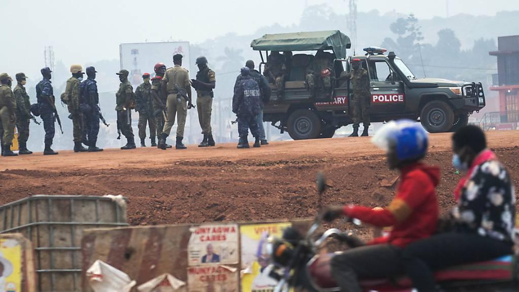 Sicherheitskräfte versammeln sich in Kampala. Nach Wochen der Anspannung und Gewalt wählen die Bürger Ugandas einen neuen Präsidenten und ein Parlament. Foto: Jerome Delay/AP/dpa
