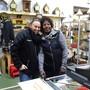 Die Verkäuferin Ya-Oumie Küpfer und Melanie Morf (Chefin) vom neuen Brocki-Land in Zufikon.