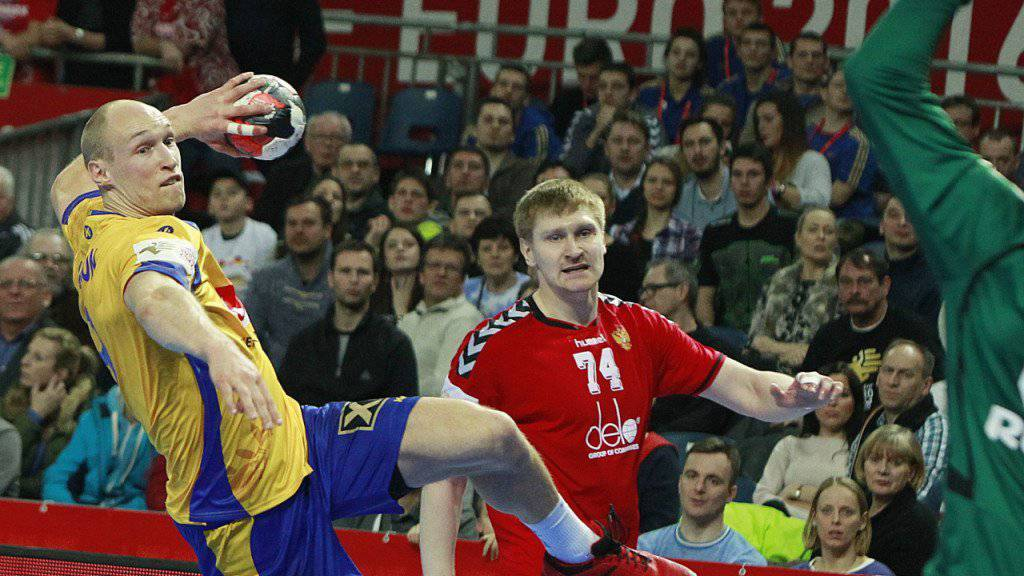 Spektakuläres Unentschieden: Der Schwede Johan Jakobsson wirft an der EM in Polen ein Tor gegen Russland
